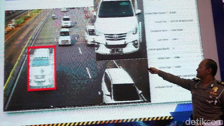 Petugas polisi mengamati kamera CCTV untuk melihat adanya pelanggaran lalu lintas Foto: Agung Pambudhy