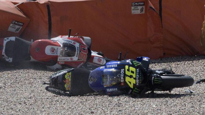 Rossi memulai balapan di Sirkuit Assen dari posisi grid ke-14. Perlahan posisinya mulai membaik, namun dia cuma bertahan di trek selama empat putaran. (Foto: Mirco Lazzari/Getty Images)