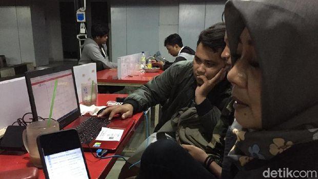 Para pendaftar PPDB penuhi spot Wifi ID di Semarang.