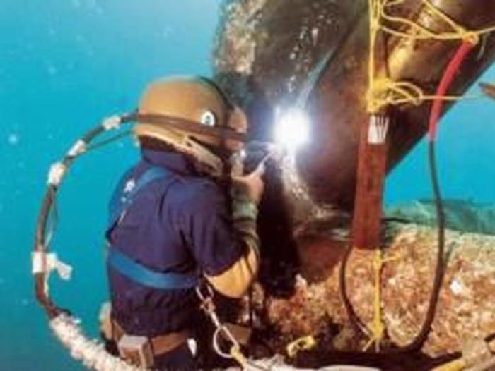 Nur Izzati Athirah Mohammad Yusoff jadi tukang las bawah laut wanita pertama di Malaysia. Foto: Dok. Twitter @F4HM1EY