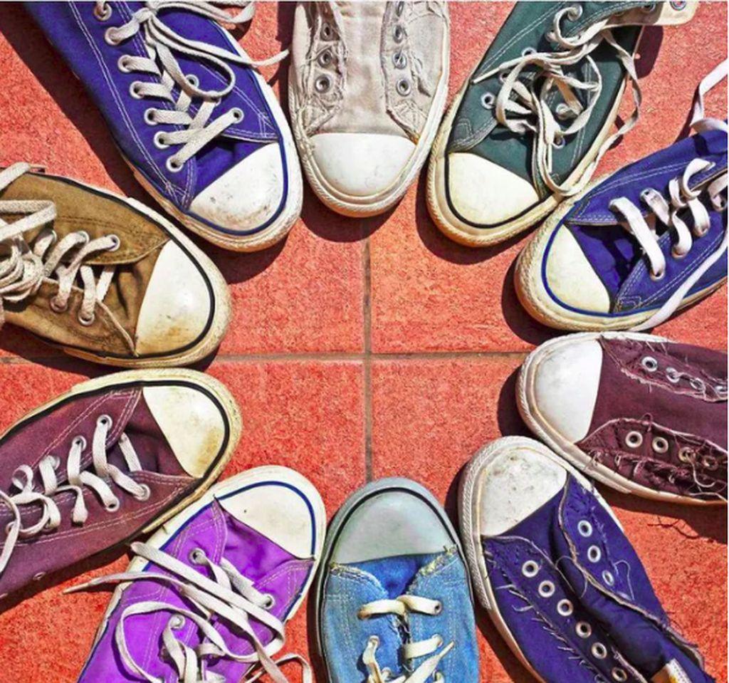 Melihat lingkaran putih pada sepatu-sepatu ini bisa bikin si perfeksionis menghela napas lega. (Foto: Via 9gag)