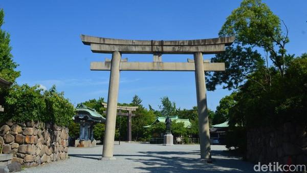 Selanjutnya adalah area utama Osaka Castle. Pengunjung bakal kembali disambut gerbang baja namun dengan ukuran lebih kecil yang masih didominasi warna hitam dan putih. Gerbang ini jadi jalan menuju area utama Osaka castle. (Dana Aditiasari/detikcom)