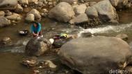 Warga Mencuci dan Mancing Ikan di Katulampa yang Kering