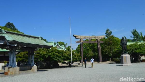 Begitu memasuki gerbang tersebut, nuansa kuno kian kental terasa disambut Sengan-yagura Turret atau menara Sengan-yagura. Di masa perang, menara ini diisi para pemanah terbaik yang bakal menghalau musuh yang ingin menerobos gerbang Ote-guchi. (Dana Aditiasari/detikcom)