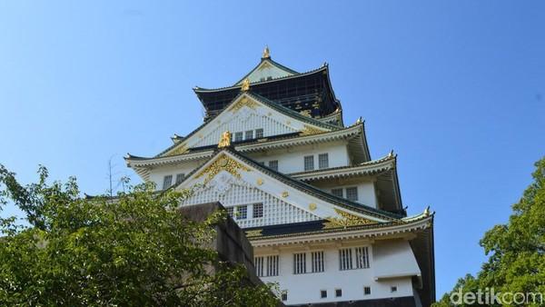 Puas menjelajah Tenshukaku Osaka Castle, pengunjung bisa menikmati taman yang ada di sekitar istna. Tak ada pedagang kaki lima di sini, tapi ada vending machine siap memanjakan pengunjung yang kelelahan dengan minuman dingin yang menyegarkan. (Dana Aditiasari/detikcom)