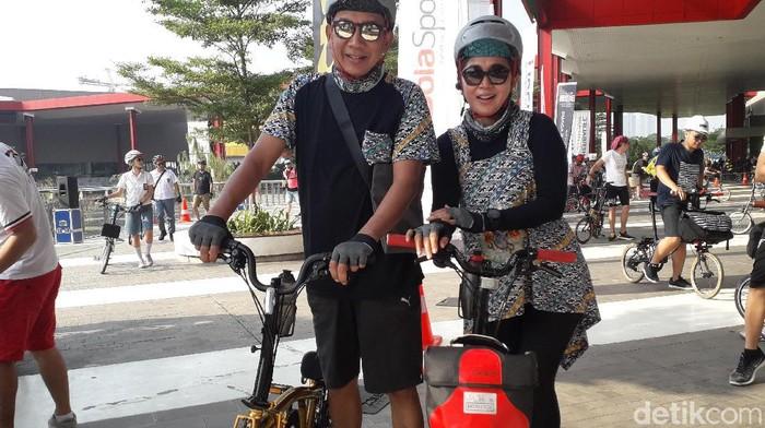 Pasangan ini memilih olahraga bersepeda selain untuk sehat, juga agar semakin romantis. Foto: Rosmha Widiyani/detikHealth