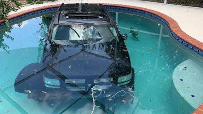Mobil nyemplung di kolam renang. Foto: Istimewa