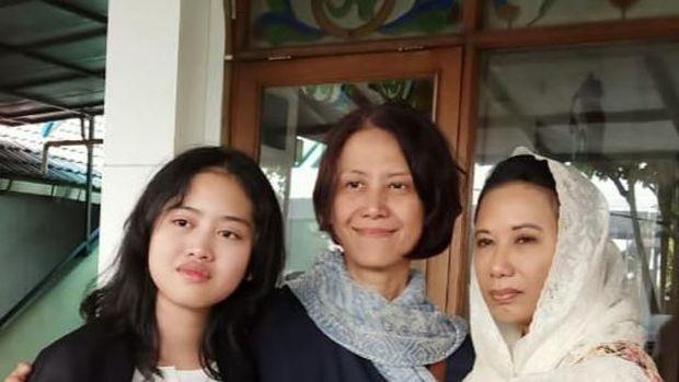 Rini Soemarno bersama keluarga almarhum