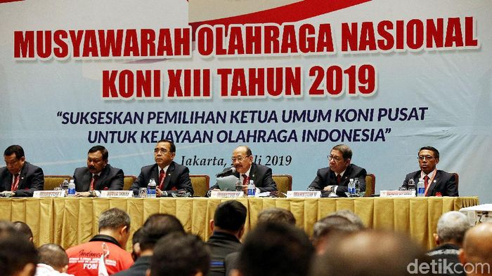 28 Anggota KONI walk put dari Musyawarah Olahraga Nasional KONI 2019 (Rengga Sancaya)