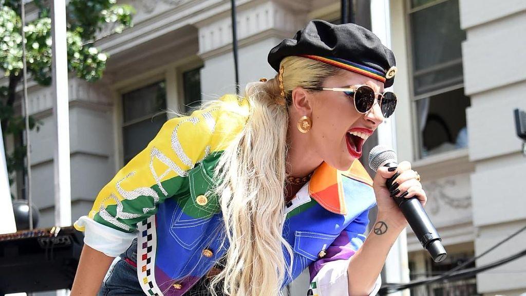 Goyang Heboh Digendong Fans, Lady Gaga Jatuh dari Panggung