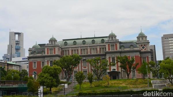 &island menyediakan beranda dengan meja panjang yang langsung menghadap ke Sungai Yodo. Dari posisi ini juga bisa terlihat bangunan unik bersejarah Osaka City Central Public Hall. (Dana Aditiasari/detikcom)