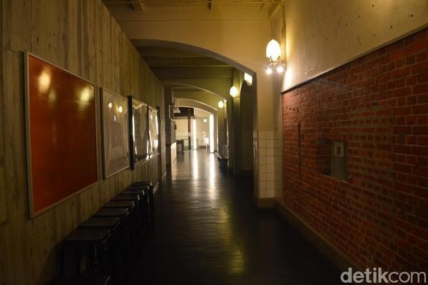 Di lantai dasar bangunan ini ada restoran bergaya barat AWAKE yang bisa jadi pilihan bersantap siang atau juga makan malam romantis yang buka pada pukul 11.00-15.00 dan 17.30-22.00 waktu setempat. (Dana Aditiasari/detikcom)