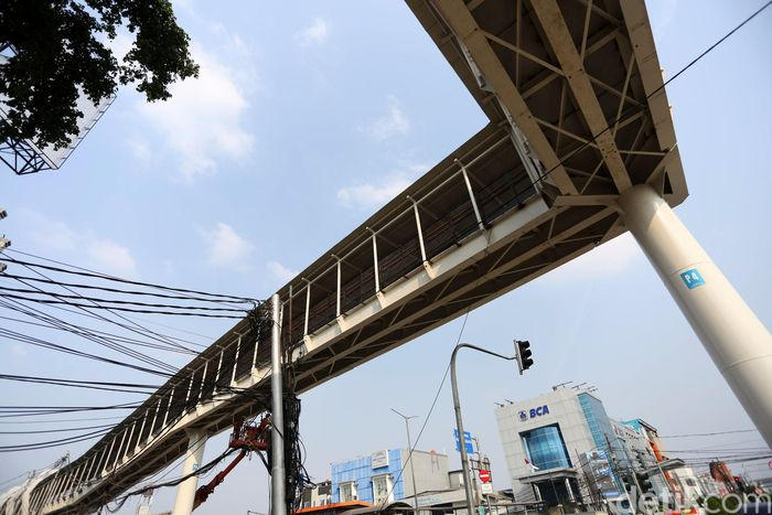 Skybridge untuk mendukung konsep integrasi moda antara LRT dengan Bus TransJakarta.