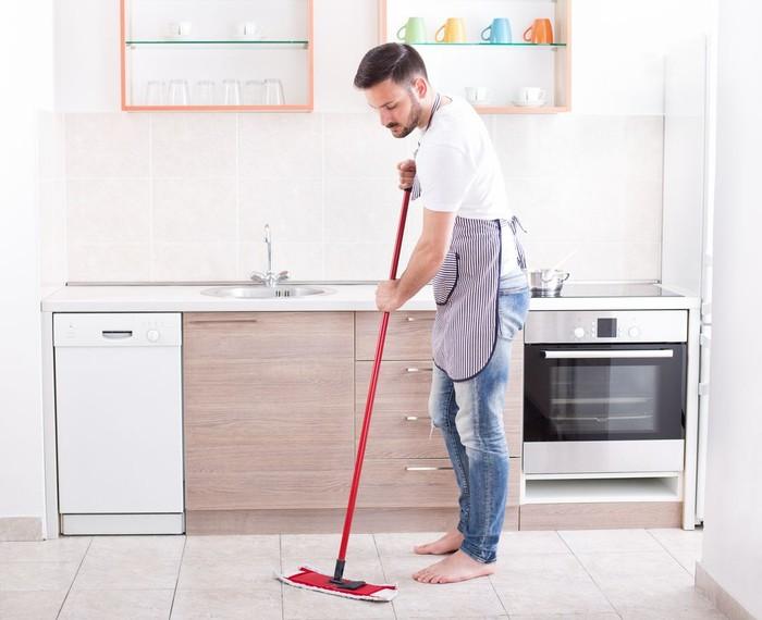 Ilustrasi pria membersihkan rumah. Foto: Dok. iStock