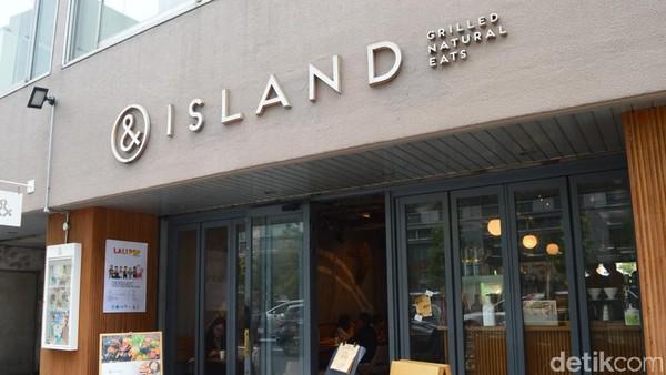 Tempat terbaik untuk menikmati pemandangan itu adalah dari sebuah kedai makan kecil bernama &island, berlokasi di Kitahama Chou ku, Osaka. (Dana Aditiasari/detikcom)