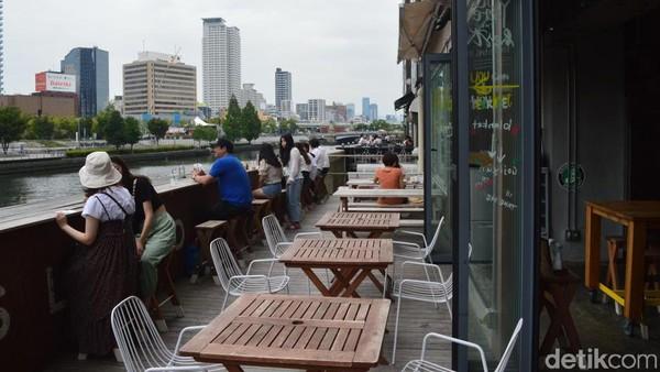 Makan siang ditemani indahnya pemandangan Sungai Yodo bisa jadi pilihan menarik bagi traveler di Kota Osaka, Jepang. (Dana Aditiasari/detikcom)