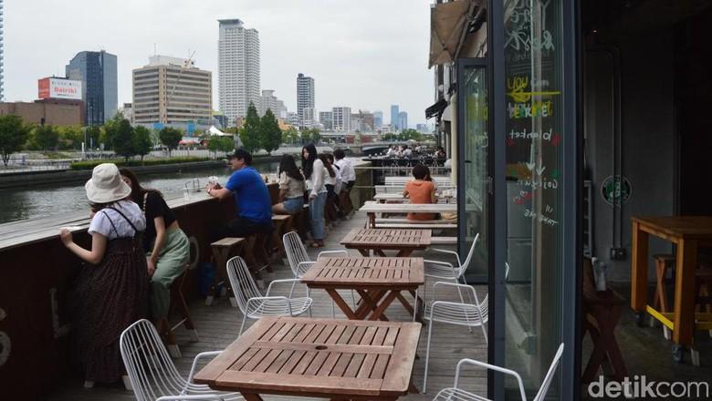 Suasana makan siang di Sungai Yodo di Osaka (Dana Aditiasari/detikcom)