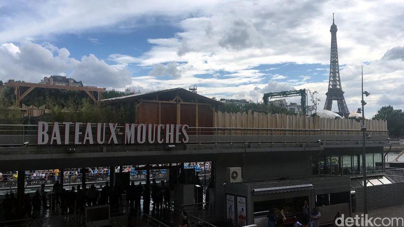 Liburan ke Paris, traveler harus coba rasanya makan malam di atas kapal yang menyusuri Sungai Seine. Ada satu operator tur bernama Bateaux Mouches yang jadi rekomendasi. (Angga Aliya/detikcom)