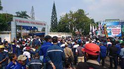 Tolak PHK, Buruh Geruduk Pabrik Krakatau Steel