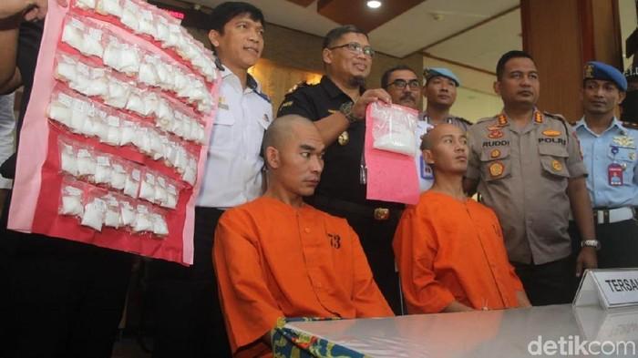Foto: Dua WN Nepal ditangkap karena bawa narkoba ke Bali (Aditya Mardiastuti/detikcom)