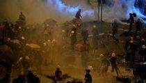 Bubarkan Demonstran, Polisi Hong Kong Tembakkan Gas Air Mata