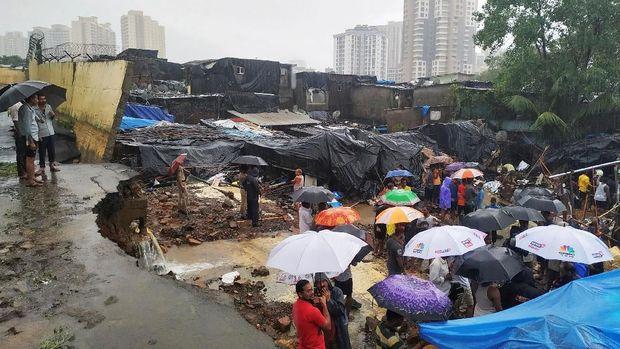Tembok roboh akibat hujan deras di Mumbai
