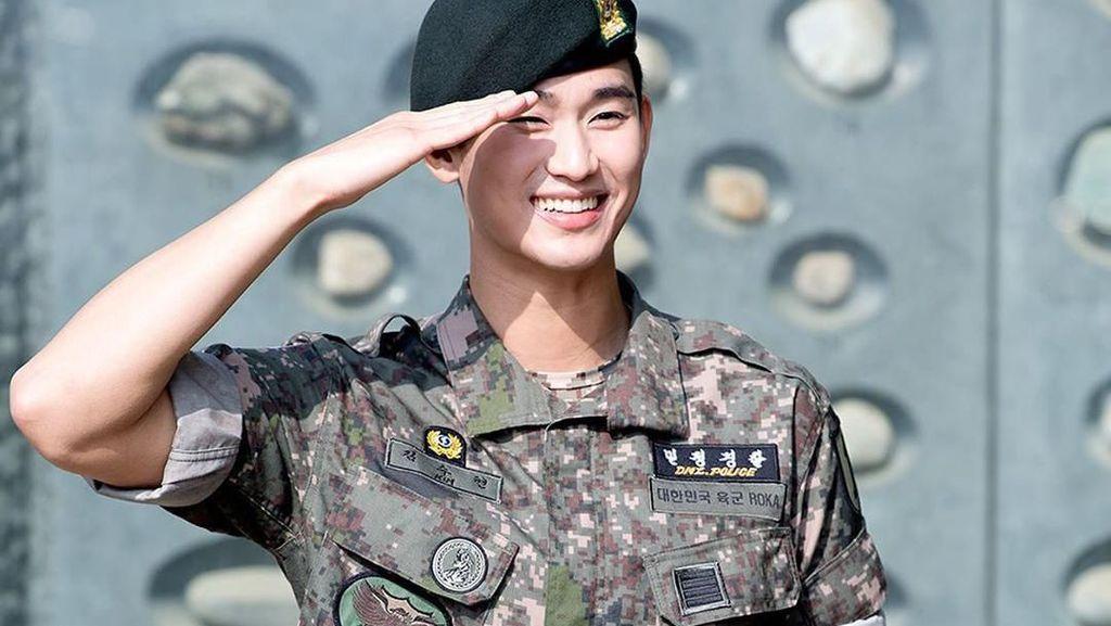 Kim Soo Hyun dan Postingan Foto Pengantin yang Dipajang Rossa