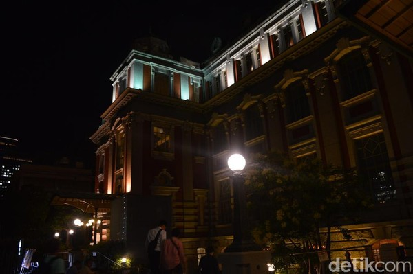 Saat di Osaka, traveler bisa rehat sejenak ke Nakanoshima. Di lokasi ini ada bangunan tua bersejarah, Osaka City Central Public Hall yang mengusung gaya bangunan ala Eropa. (Dana Aditiasari/detikcom)
