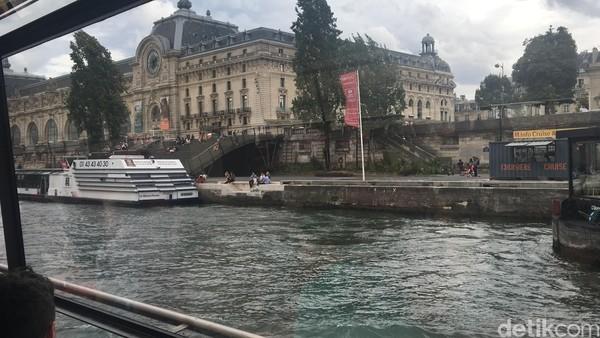 Perjalanan dan makan malam memakan waktu sekitar satu hingga satu jam setengah. Di kanan dan kiri, traveler bisa menikmati Kota Paris yang menawan. (Angga Aliya/detikcom)
