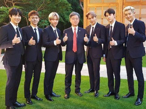 EXO saat bertemu dengan Donald Trump.
