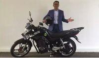 Ridwan Kamil saat bersama motor listriknya