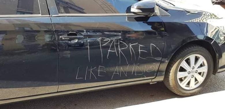 Mobil dibareti orang karena parkir sembarangan. Foto: Facebook