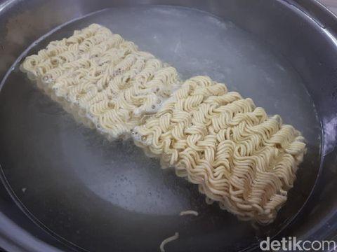 Cara Membuat Omelet Mie Instan yang Gurih Renyah