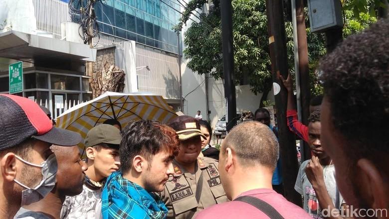 Satpol PP Datangi Pencari Suaka yang Bermukim di Trotoar Kebon Sirih