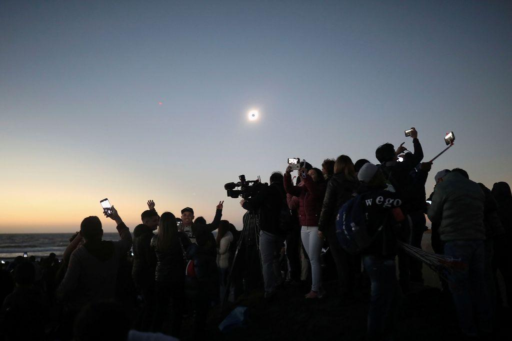 Fenomena alam Gerhana Matahari Total (GMT) terjadi sejak kemarin, 2 Juli hingga hari ini, 3 Juli 2019 di Chile dan Argentina. (Foto: Reuters)