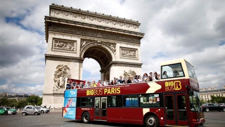 Bus wisata di Paris (REUTERS/Charles Platiau)