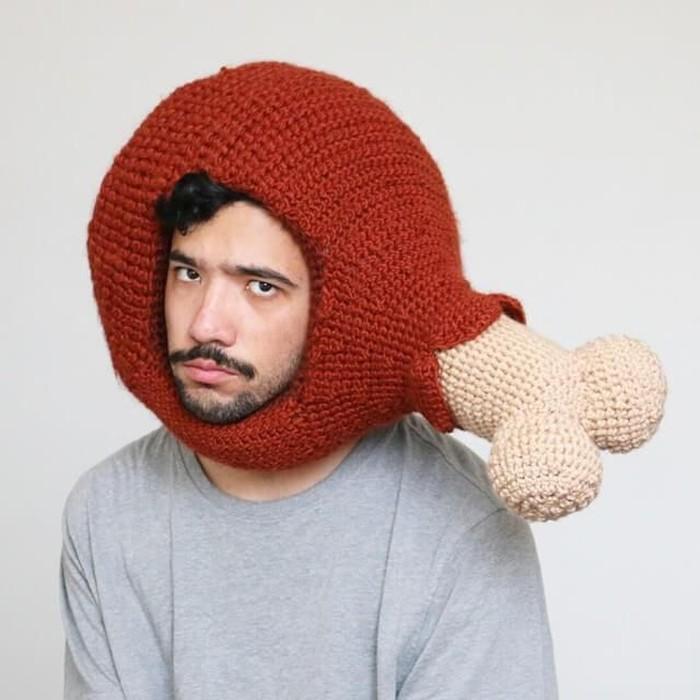 Melalui akun instagram @cillphilly, Phil membagikan foto dirinya mengenakan kostum unik yang bertemakan makanan. Seperti yang satu ini, ia membuat topi dengan bentuk paha ayam. Foto: instagram @chilliphilly