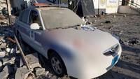 Sebuah mobil polisi menjadi saksi mengerikannya serangan udara yang menyasar pusat detensi migran di pinggiran Tripoli, ibu kota Libya.