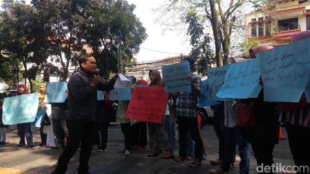 Protes PPDB, Puluhan Orang Tua Siswa Tabur Bunga di Balkot Bandung
