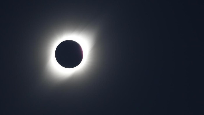 Fenomena alam Gerhana Matahari Total (GMT) terjadi sejak kemarin, 2 Juli hingga hari ini 3 Juli. Fenomena itu terlihat di Chile. Seperti apa potretnya?