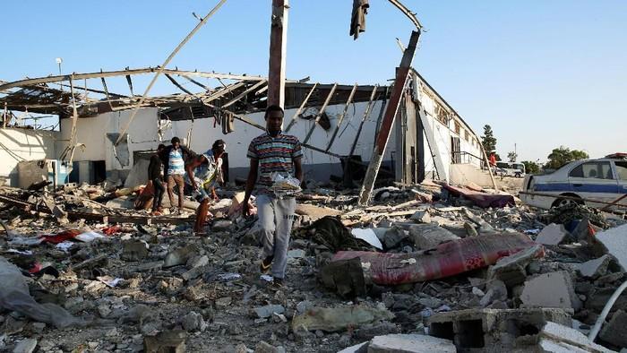 Serangan udara menyasar pusat detensi migran di Libya. Kejadian itu membuat 70 orang terluka dan sekitar 40 imigran tewas.
