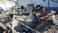 Menurut juru bicara dinas darurat, Osama Ali, sebanyak 120 imigran ditahan di dalam hangar yang terkena serangan udara tersebut.