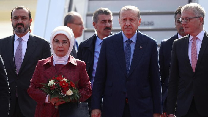 BERLIN, GERMANY - SEPTEMBER 27:  Turkish President Recep Tayyip Erdogan and his wife Ermine arrive at Tegel Airport on September 27, 2018 in Berlin, Germany. Erdogan is coming for a three-day visit to Germany that will include meetings with German President Frank-Walter Steinmeier and Chancellor Angela Merkel in Berlin and the inauguration of a new mosque in Cologne. German-Turkish relations have been troubled over the last year following the arrest of German nationals in Turkey whom the Turkish government charges with supporting terrorism.  (Photo by Sean Gallup/Getty Images)