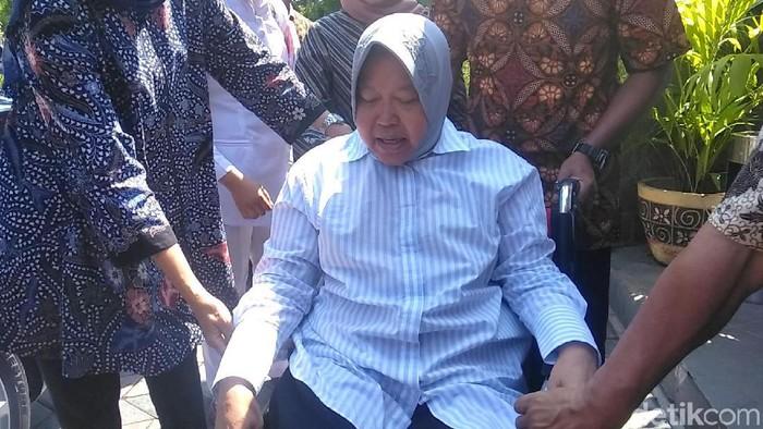 Wali Kota Surabaya Tri Rismaharini saat keluar dari rumah sakit beberapa waktu lalu. (Foto: Deny Prastyo Utomo)