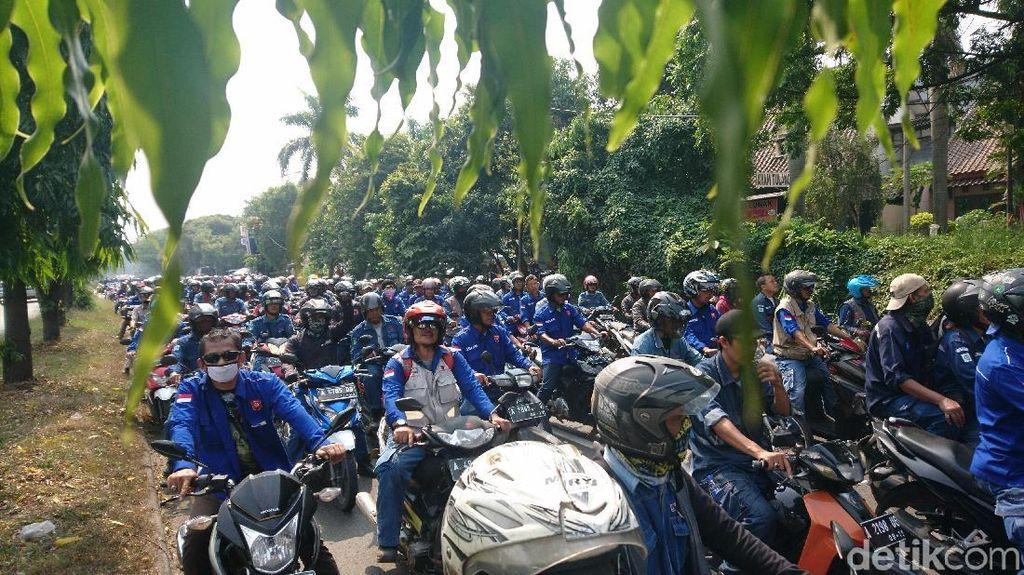 Gelar Demo, Buruh Blokir Jalan Kawasan Industri Krakatau Steel