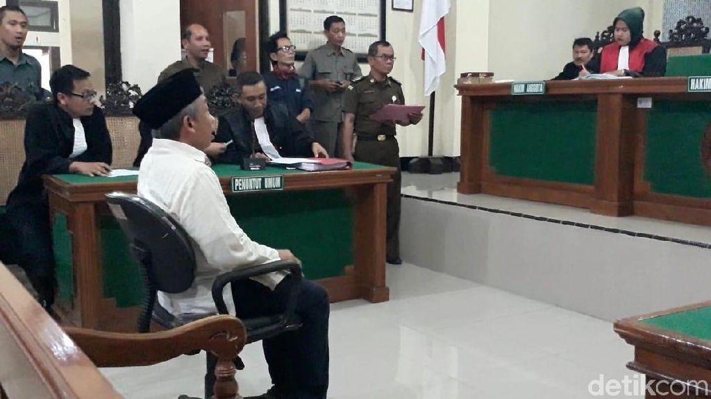 Duduk Pasrah di Kursi Pesakitan, Doktor Qomar Mengakui Dakwaan