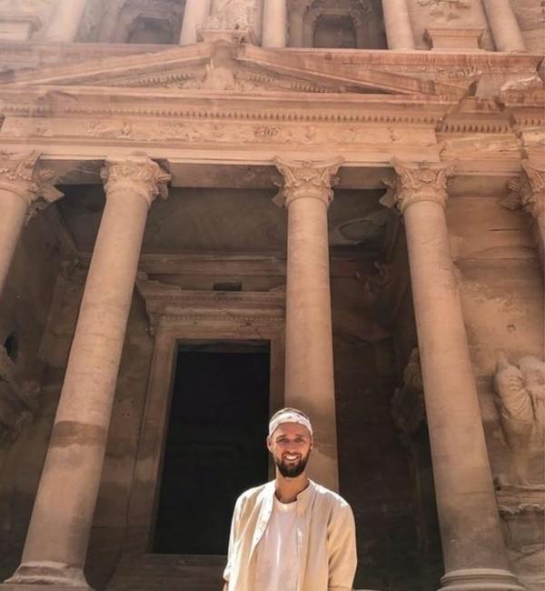 Perjalanan kembali dilanjutkan ke Kota Kuno Petra di Yordania. Jamie mengaku menangis hari begitu sampai di depan gerbang kota ini. (Jamie Ather/BBC)