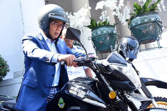Emil mengatakan sudah membeli satu unit motor listrik bertipe standar seharga Rp 35 juta. PT Arindo Pratama bahkan sudah menerbitkan STNK dan BPKB untuk motor listrik yang diproduksinya tersebut. Istimewa/Humas Pemprov Jawa Barat.