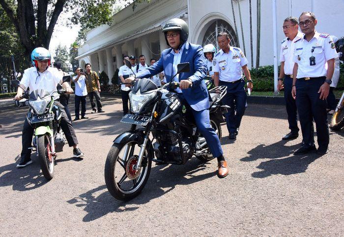 Kang Emil menaiki motor listrik yang dibelinya dari PT Arindo Pratama. Istimewa/Humas Pemprov Jawa Barat.