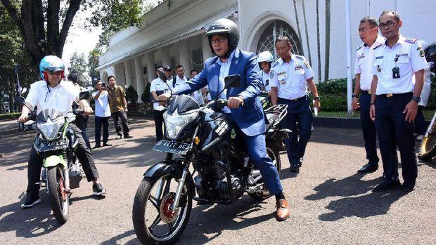 Ridwan Kamil dengan motor listrik